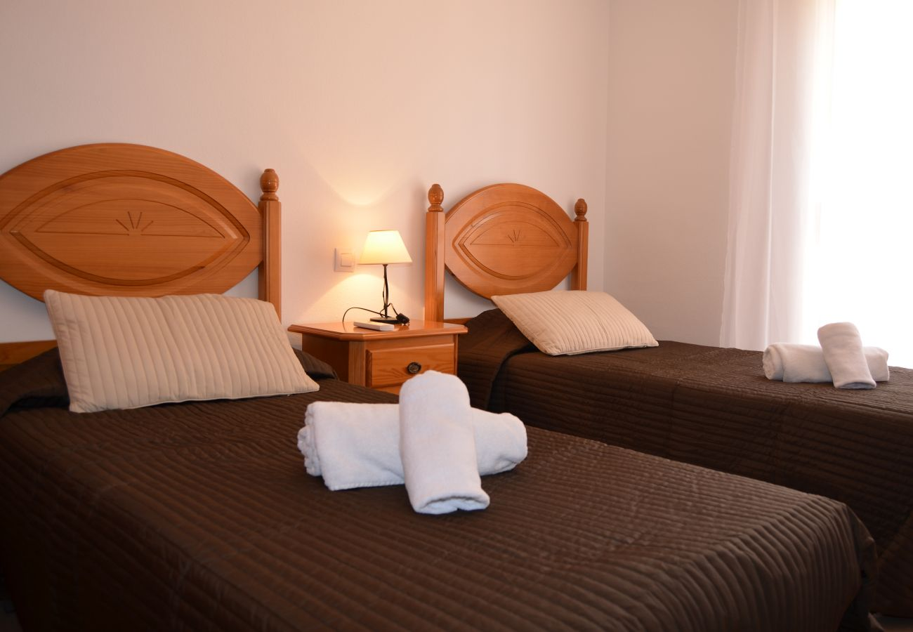 Gran dormitorio con dos camas individuales - Resort Choice
