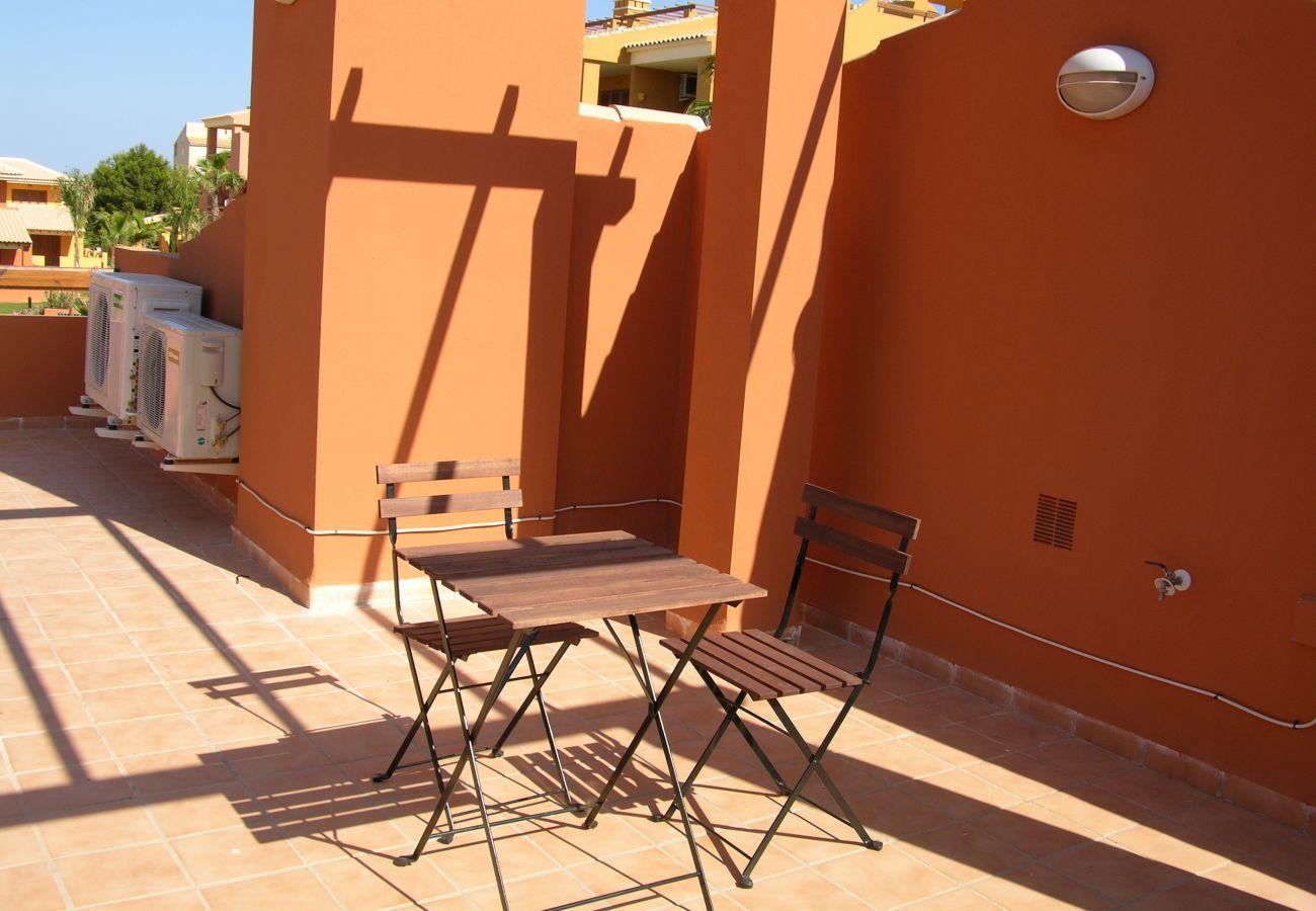 Gran terraza con área cubierta para comer - Resort Choice