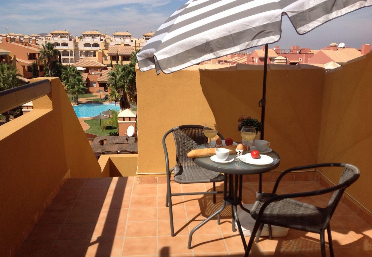 Terraza en la azotea con mesa y sillas - Resort Choice