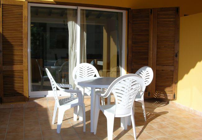Terraza equipada con mesa y sillas - Resort Choice