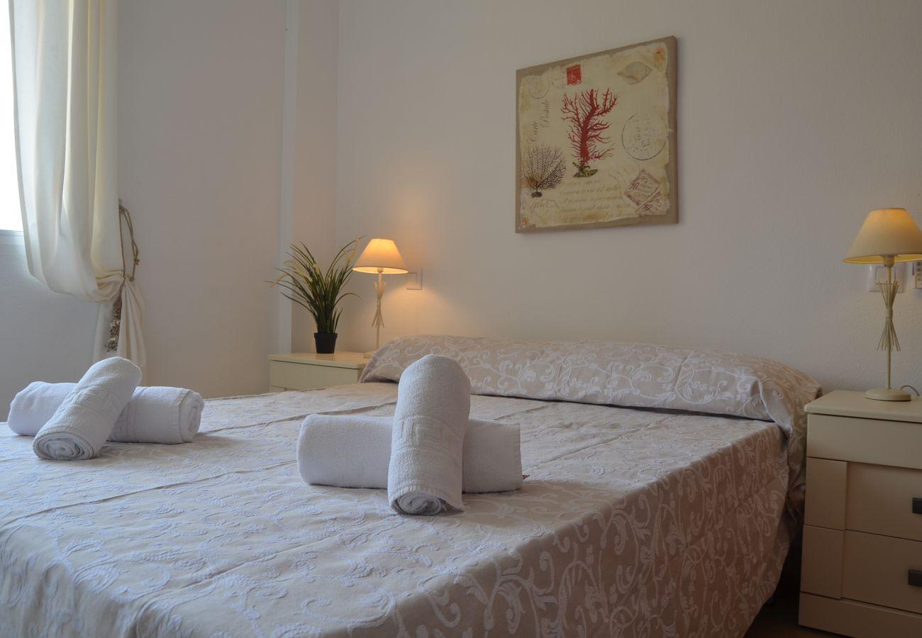 Dormitorio con cama doble cómoda y bonito interior - Resort Choice