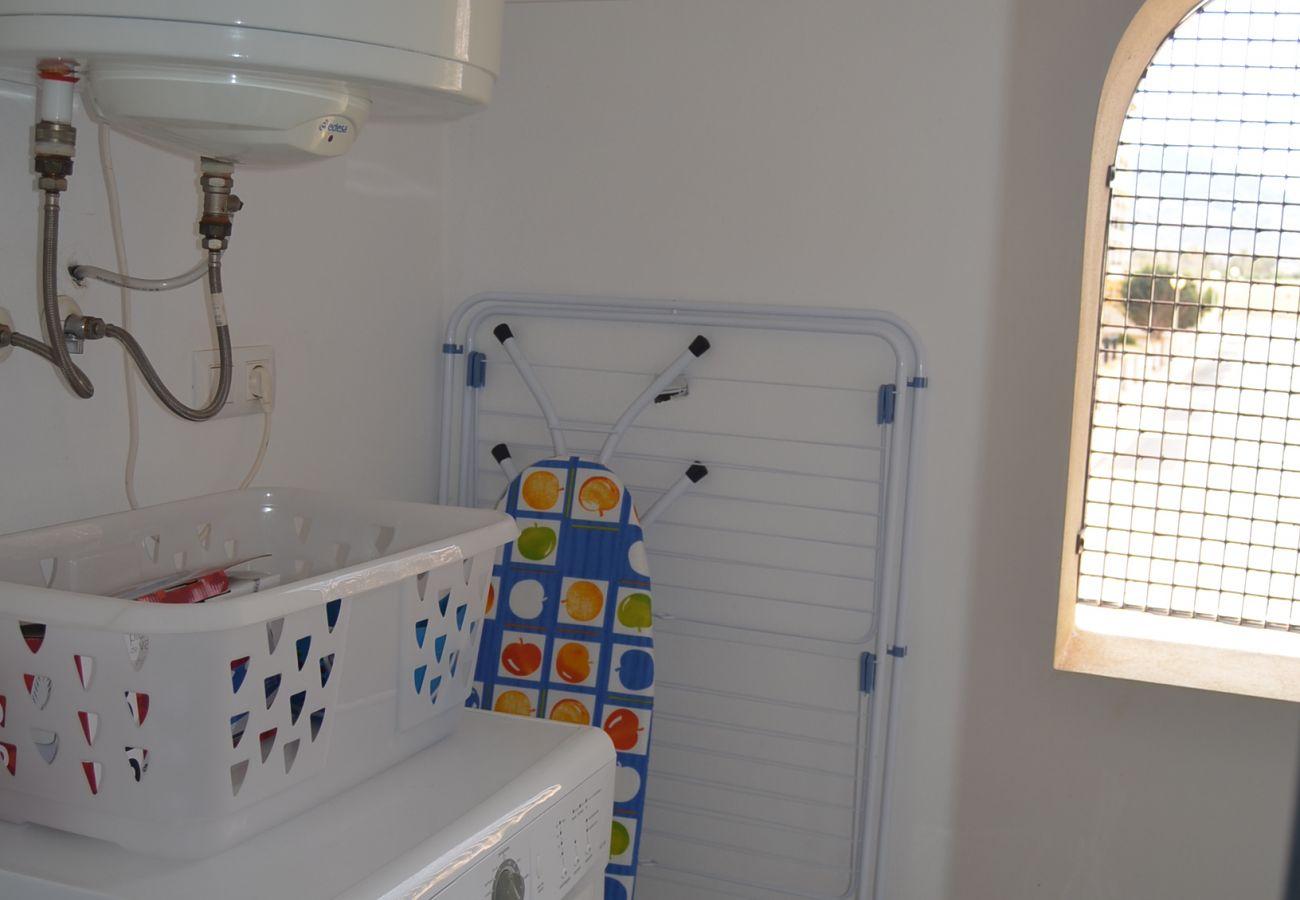 Lavadero multifuncional con lavadora moderna - Resort Choice