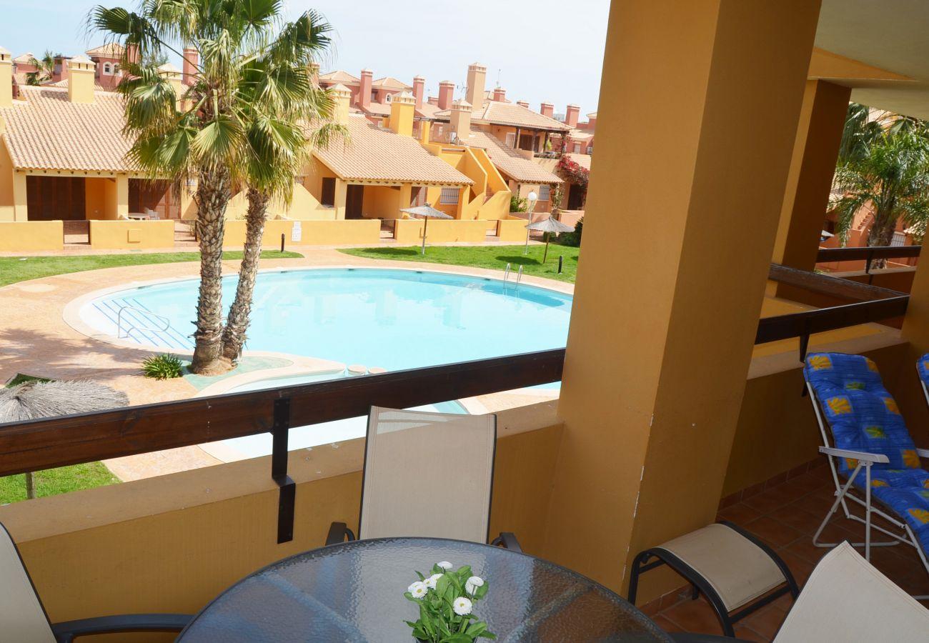 Balcón bien amueblado y con bonitas vistas - Resort Choice