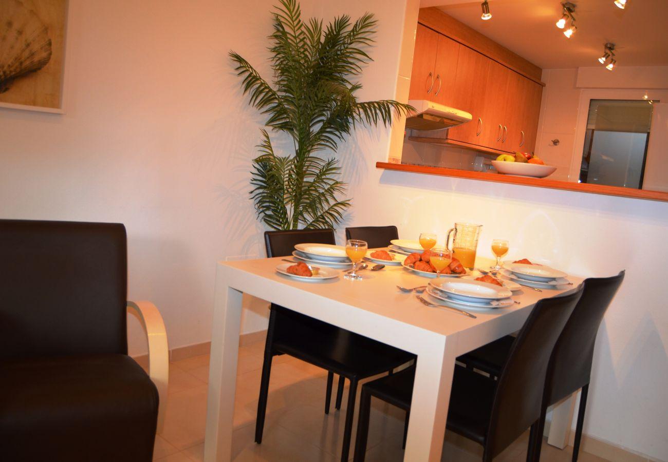Gran comedor cómodo con mobiliario moderno - Resort Choice