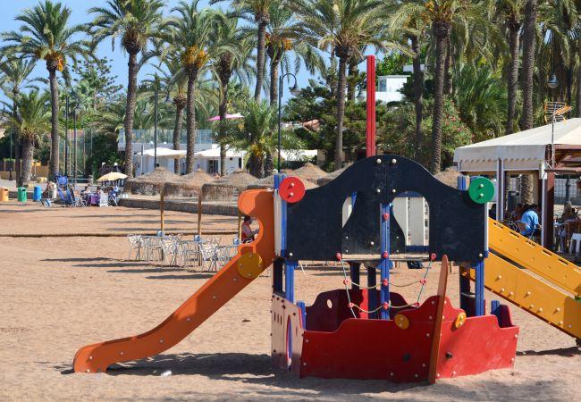 Parque infantil en la playa de Mar de Cristal para divertirse