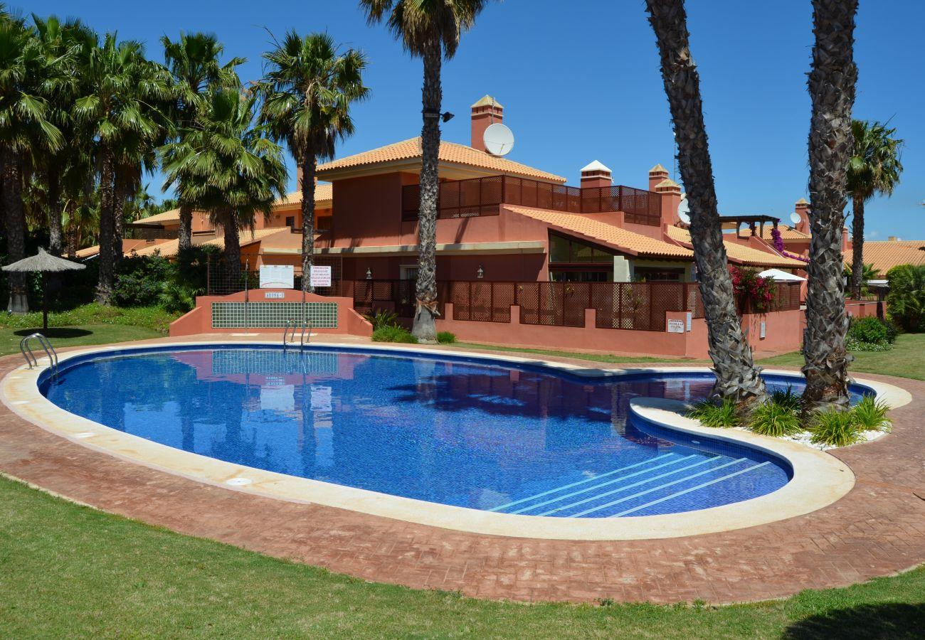 Precioso bungalow con gran piscina comunitaria