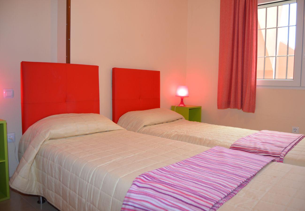 Bonito bungalow con dormitorio moderno de dos camas.