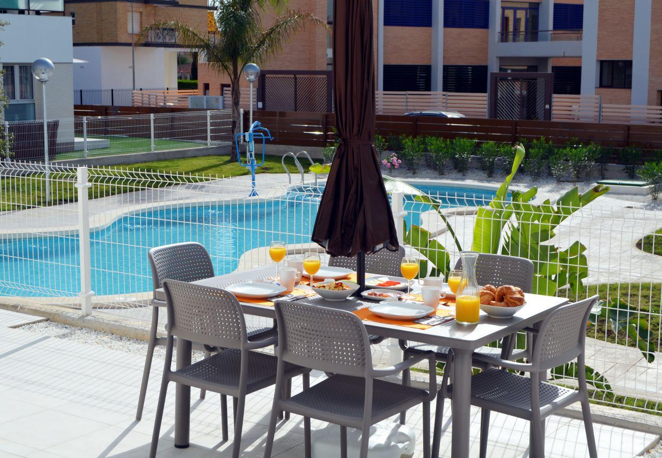 Precioso apartamento con piscina grande y bonita