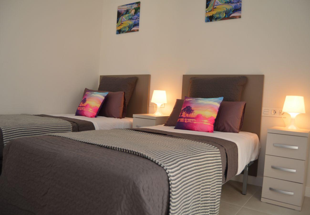 Apartamento en Santiago de la Ribera con bonito dormitorio
