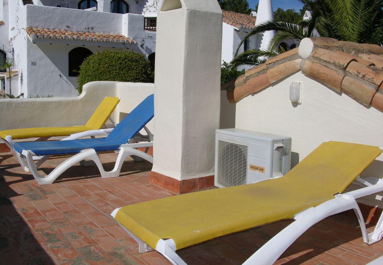 Gran terraza bien equipada con mobiliario y tumbonas - Resort Choice