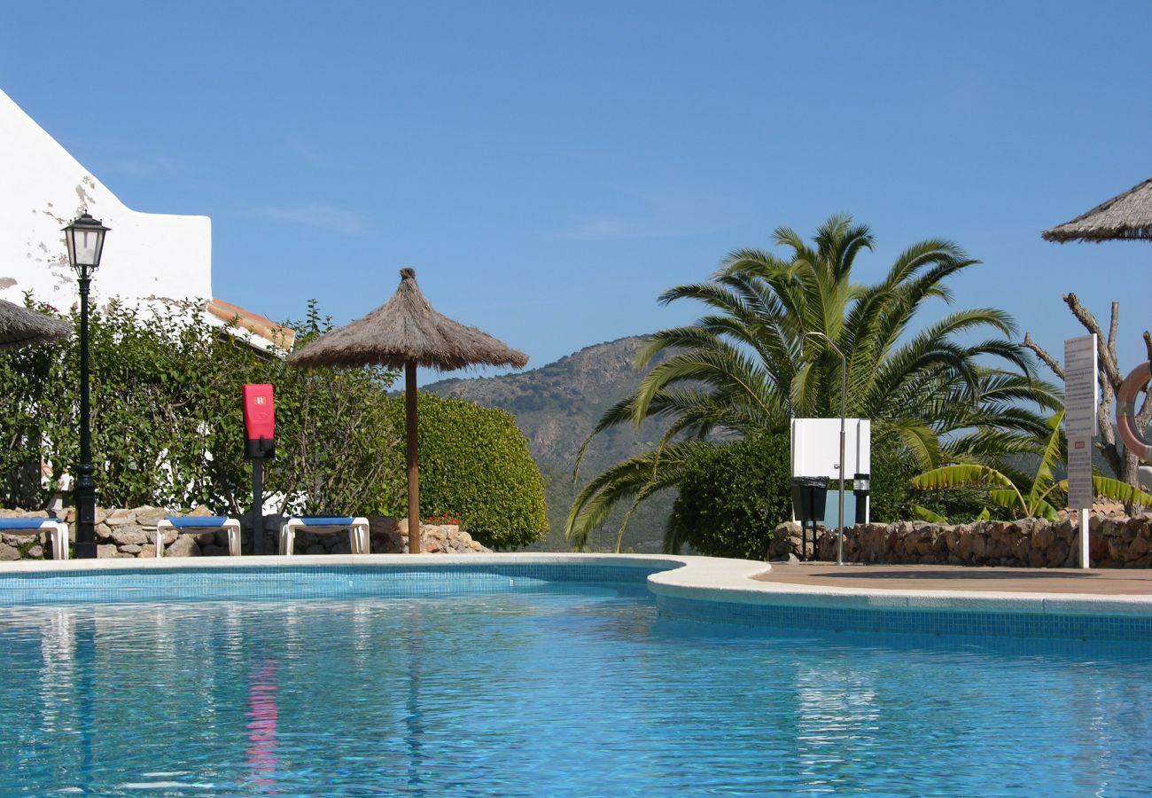 Gran piscina bonita con área de descanso - Resort Choice