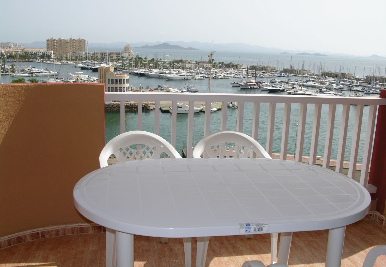 Apartamento con gran balcón con sillas y bonitas vistas - Resort Choice