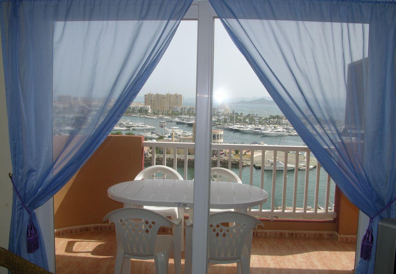 Gran balcón con sillas y bonitas vistas - Resort Choice