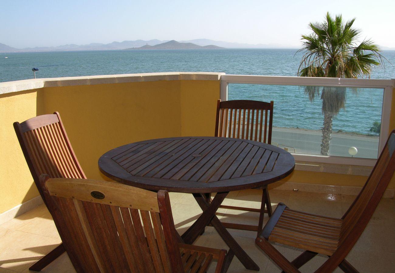 Balcón amplio con mesa y sillas y bonitas vistas - Resort Choice