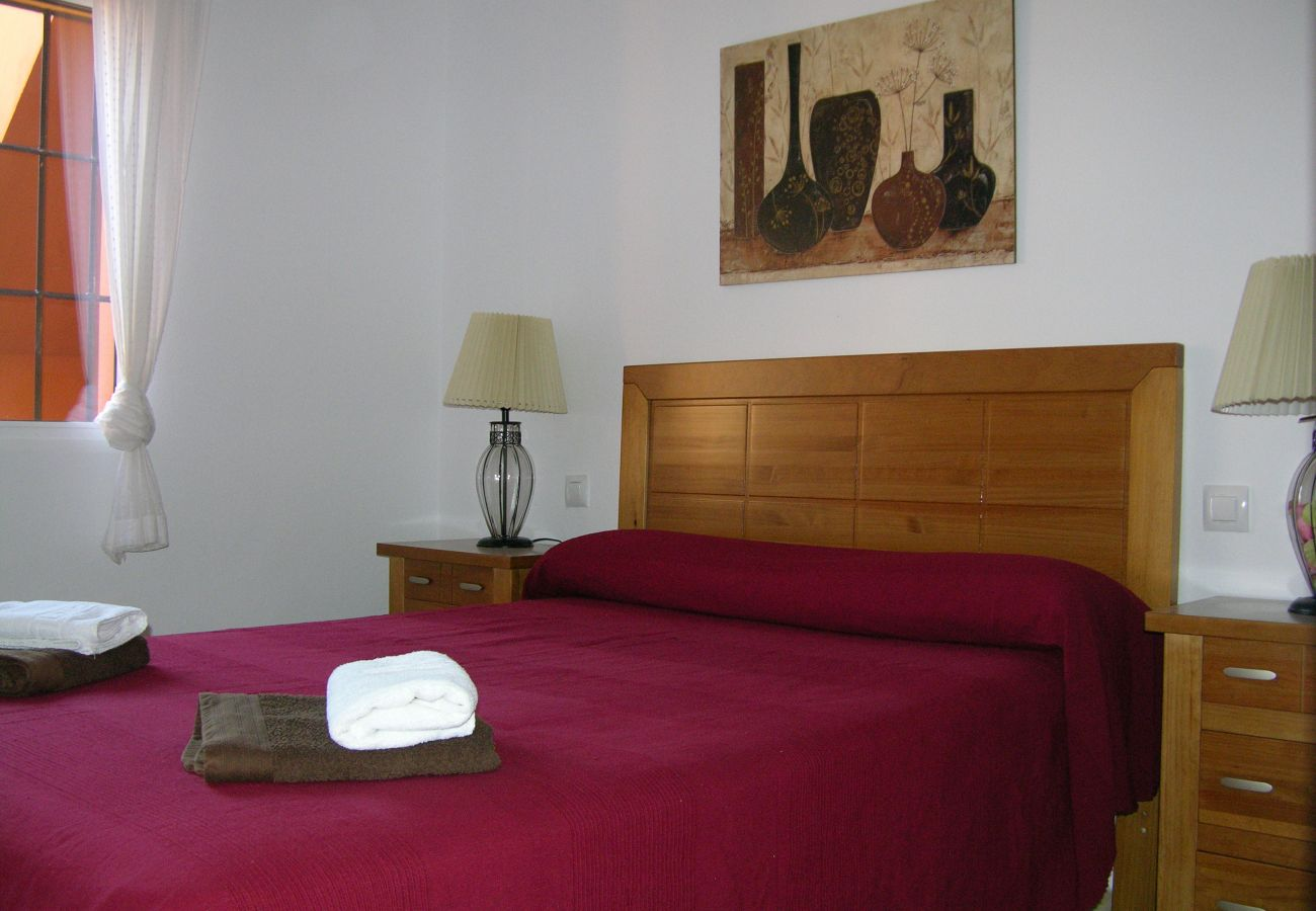 Dormitorio con cama doble y bonito interior - Resort Choice
