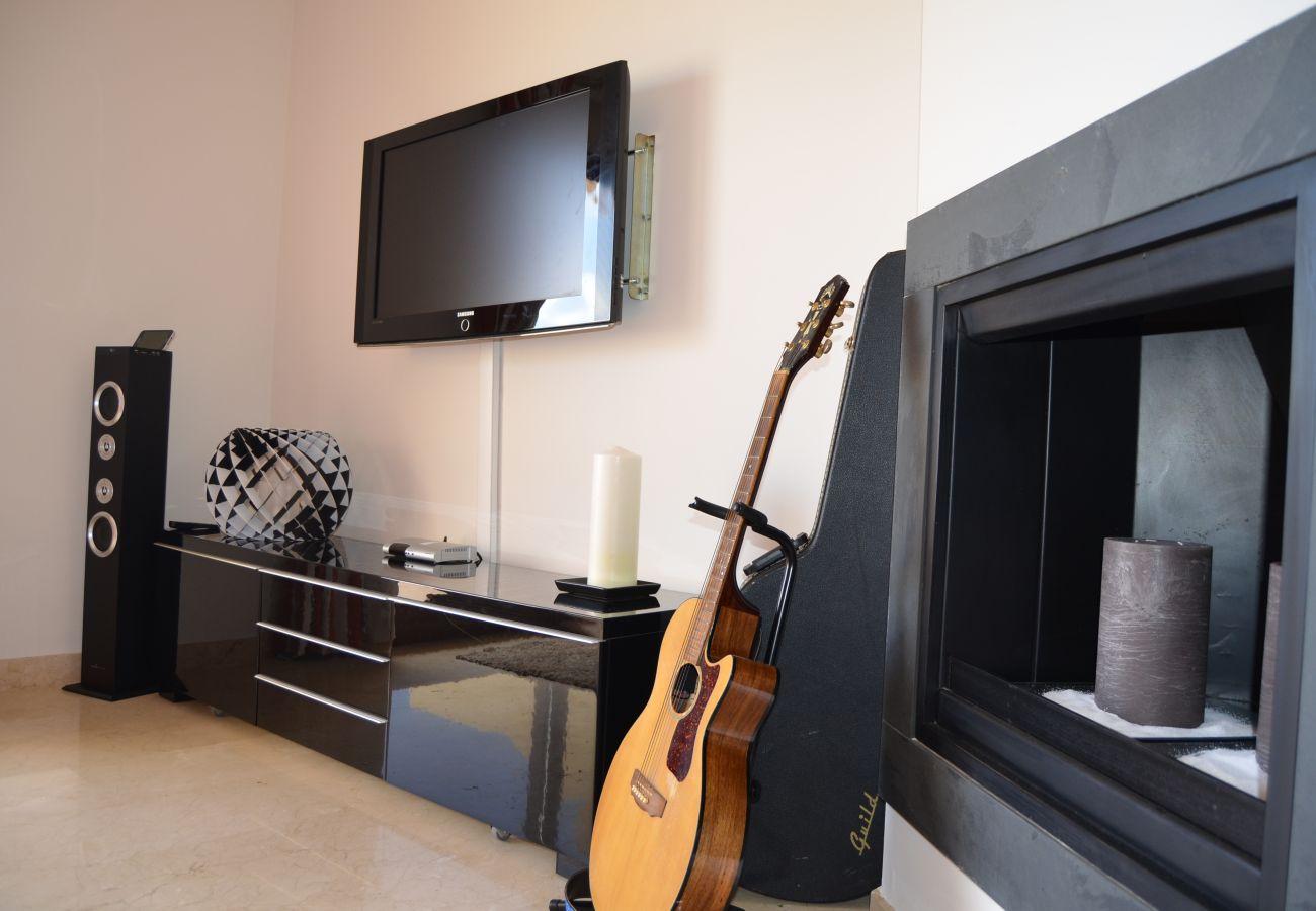 Salón moderno bien equipado con precioso mobiliario interior - Resort Choice