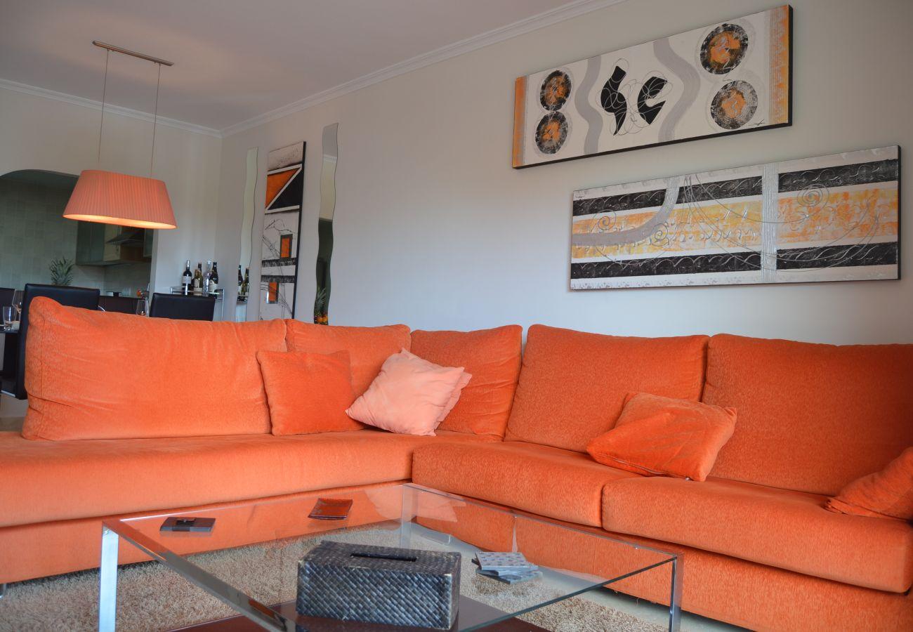 Gran salón con buen mobiliario moderno - Resort Choice
