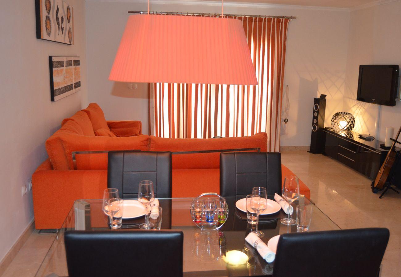 Precioso salón bien amueblado con TV y mobiliario moderno - Resort Choice