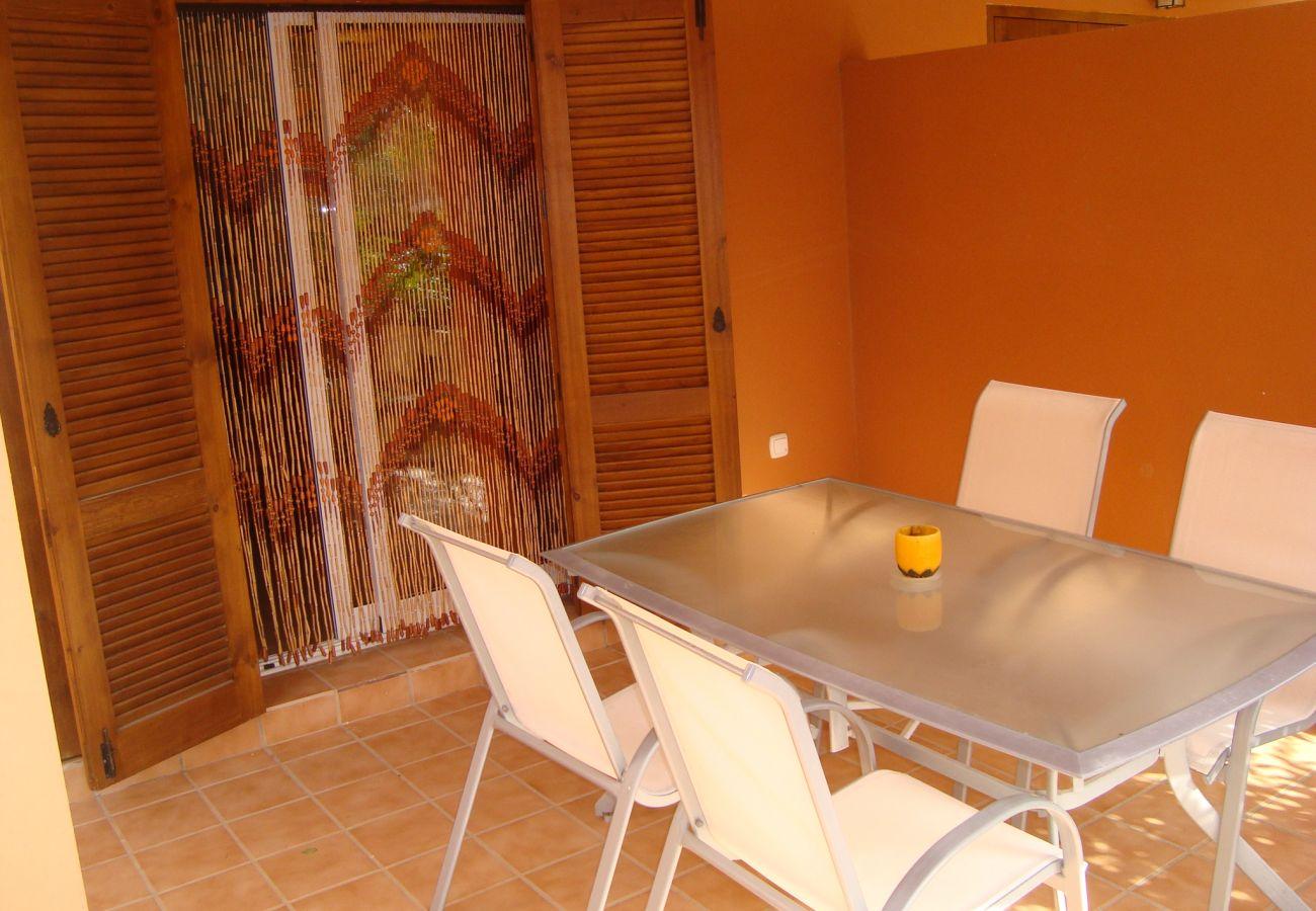 Preciosa terraza con bonito mobiliario