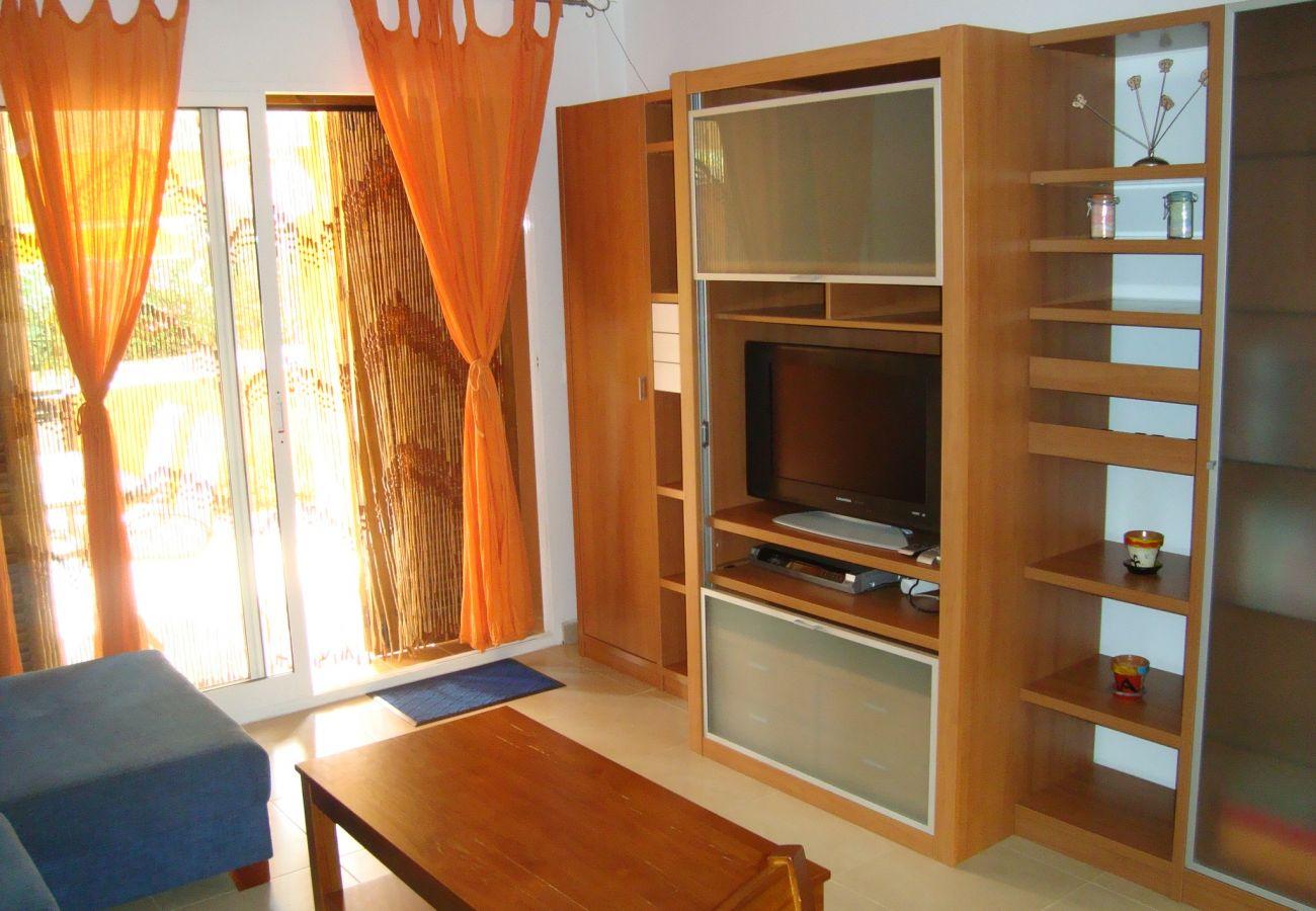 Salón bien equipado y con buen mobiliario