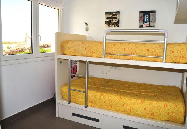 Dormitorio con literas para niños con bonito interior - Resort Choice