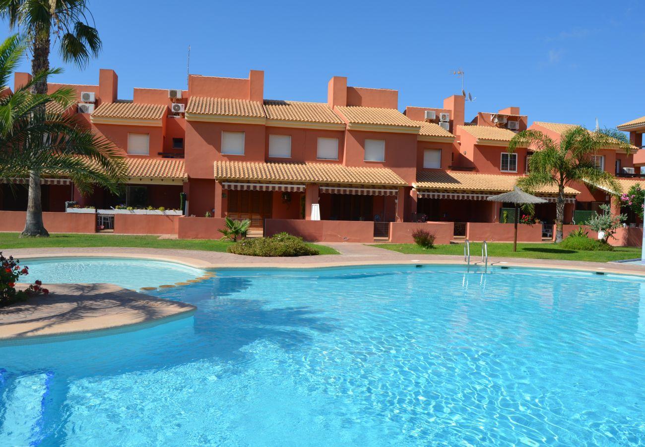 Frente de la casa familiar con piscina comunitaria - Resort Choice