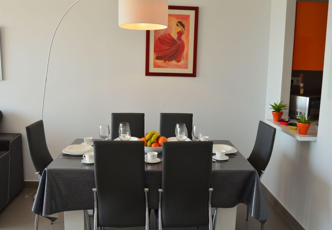 Gran comedor con buen mobiliario moderno - Resort Choice