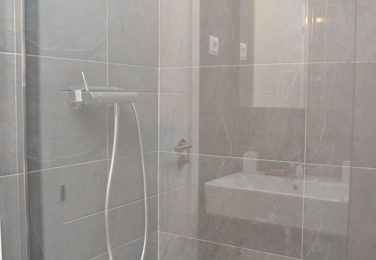 Gran baño con sanitarios modernos y ducha - Resort Choice