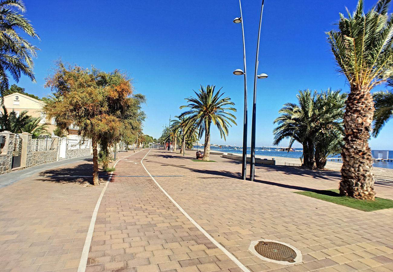 Paseo largo junto a la playa en Santiago de la Ribera para pasear